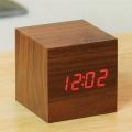 Настолен електронен часовник имитиращ дърво под формата на куб с